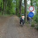 Jedeme na kole, co to jde, ale tuhle ceduli jsme rádi uposlechli :-)  A Honza nám rád pohlídal kola a počkal v kiosku u ranního piva :-)