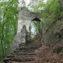 Jedna ze vstupních bran do hradu Bezděz