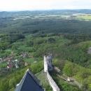 Po projití několika místností jsme se vykroutili točitým schodištěm nahoru na věž. Vyhlídka je skoro až do Prahy (na obzoru hora Říp).