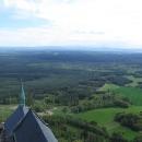 Na sever jsou vidět zasněžené Krkonoše a napravo od nich i hřeben Orlických hor.