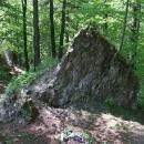Bystré oko si všimne, že celé bloky zdí tu jsou rozházeny po vyhození hradu do vzduchu