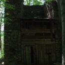 V jedné z předsunutých věží mají čundráci srub