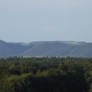 Zoomem nahlížím k hranici Železných hor, kterou stráží hrad Lichnice