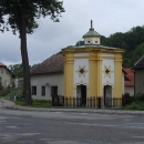 Pohledná kaplička před zámkem Běstvina