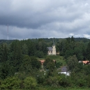 Sjíždím do údolí Chrudimky, v popředí kaple, v pozadí vysílač Krásné