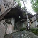 Po prudším stoupání se ocitáme pod skalní stěnou