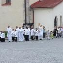 Druhý den už na náchodském náměstí pozorujeme procesí kolem kostela