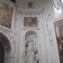 Na prohlídku zámku sice nejdeme, ale alespoň nahlížíme do zámecké kaple
