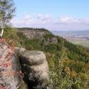 Pohled na Broumovské stěny z vyhlídky
