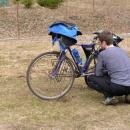 Většina bahna je očištěna a i tak Pavel nevěřícně zírá na své kolo