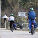 Dámy statečně vjíždí do obce Kundelov :-)
