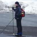 A jde se na běžky. Ehm, sněhu bylo dost, to jen Luděk přechází silnici.