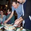 Gratulantům krájí oslavenci Markétin mrkvový dort