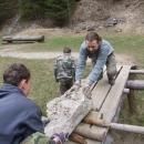 Manipulace kamenů přes řeku