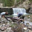 Řezání dřeva přímo v potoce