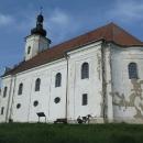 Uhlířský vrch je bývalá sopka, nyní nahoře stojí poutní kostel Panny Marie Pomocné. Je to taková dominanta kraje.