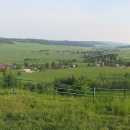 Výhled z Uhlířského vrchu. V dáli je náš další cíl, Slunečná a vlevo vykukuje další sopka, Velký Roudný.