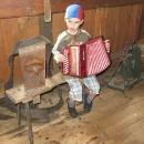 Což zaujalo Víťu. Nebyly tam sice klávesy, ale dva roky výuky hraní na klavír v něm něco zanechaly, pochopil to docela rychle.