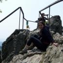 Markéta se bojí výšek a tak si na vrcholu sedla a radši pózuje fotografovi