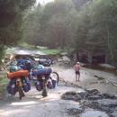 Silnice do Pohoří na Šumavě je zničená po nedávných povodních.