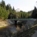 Po záplavách 2002 se silnice u Pohorského potoka musela opravit