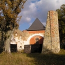 Zřícenina kostela v Pohoří v odpoledním slunci