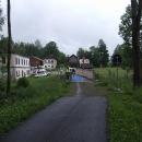 V zaniklých Cetvinách překračujeme hranici do Rakouska, zrovna tu mají nějaké závody