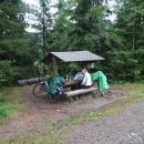 Oběd u Pohořského rybníka, můžeme se alespoň schovat před deštěm