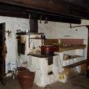 Hlavní světnice ve mlýně, na peci se dá i spát