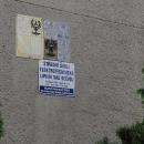 Nahlíží přes plot Střední školy elektrotechnické, která zde pořád ještě stojí.