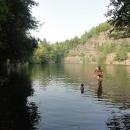 Za Olšovcem se nachází další parádní zatopený lom. Vzpomínáme na Rychlebské hory, kde jsme se koupali jenom z povinnosti.