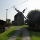 Nad Partutovicemi stojí na soukromém pozemku dřevěný větrný mlýn.