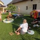 Ve Velkých Hošticích děláme další zastávku. Děti se už dnes podruhé koupají v bazénku.