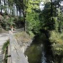 Cesta je zpočátku opravdu idylická. U Weisshuhnova kanálu si připadáme si jako na Šumavě.