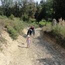 Děti musí vystoupit a jít pěšky.
