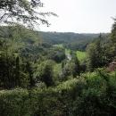 Výhled na údolí Moravice. Trasa prý původně vedla po druhém břehu a byla lepší.