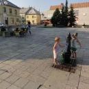 V Budišově nad Budišovkou bereme vodu přímo na náměstí. Děti vzpomínají na Balkán...