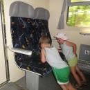 Ať žijou moderní telefony, aspoň se děti ve vlaku nenudí :-)