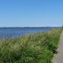 Cyklostezka podél moře, přes vodu je ostrůvek Hiddensee