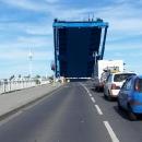 Auta a my čekáme, až zvedací most klesne a my přejedeme zase na Usedom