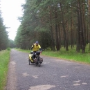 Lesní úsek za Brzeziny. 10km jen lesem. Dozvídáme se z rádia, že umřel M. Jackson