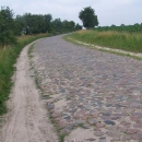 Ani v Polsku se nám kamenné cesty nevyhýbají. Já to objedu po kraji, ale Luděk s vozíkem to má horší :-(