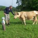 Víťa se nejprve krávy bojí