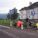V 19:00 stojíme na hranicích u Lichkova. Za námi Suchý vrch. Domů tak hodinka na kole ... :-)