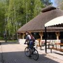 Turisté tu ještě nejsou - stylové rákosové restaurace zejí prázdnotou