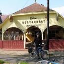 Před restaurací, kde Pavel před dvěma lety nocoval (majitel ale ještě nezahájil sezónu)
