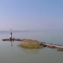Druhý břeh jezera se ztrácí v dáli