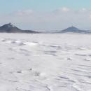 Zimní krajinka - v pozadí Košťálov a Házmburk
