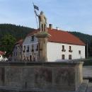 Kamenná kašna se sochou sv. Floriána
