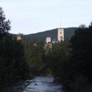 Po objetí hradního ostrohu se naskýtá pěkný pohled na hrad od řeky